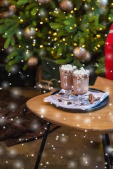 お祝いの背景にクリスマスマシュマロ。セレクティブフォーカス。飲み物。
