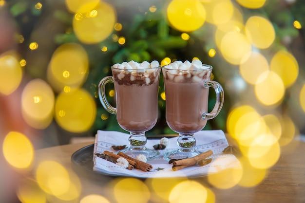 축제 배경에 크리스마스 마시멜로입니다. 선택적 초점. 음료수.
