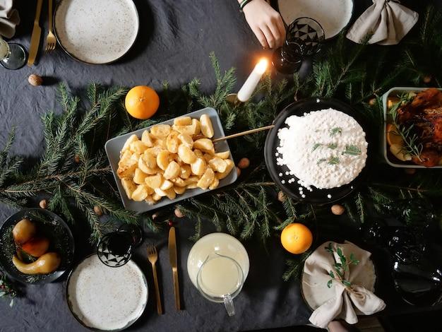 テーブルの上のクリスマスの食事
