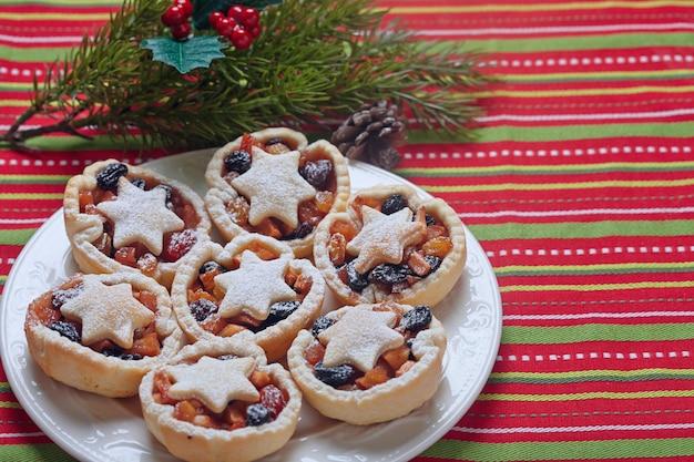 Рождественские пироги с фаршем на белой тарелке