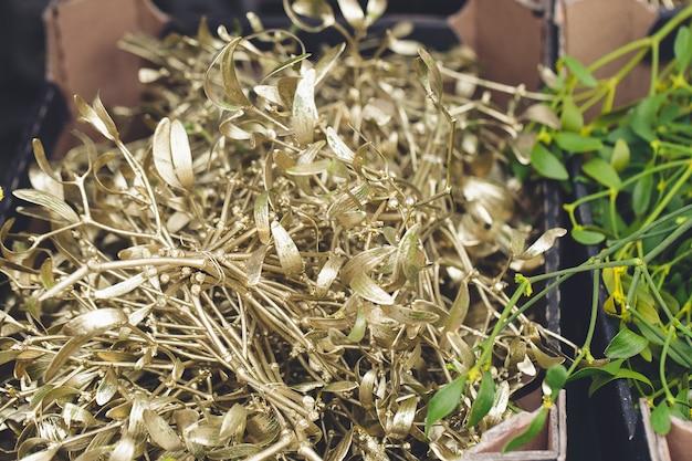 Рождественские украшения из омелы натуральные зеленые и золотые ветви