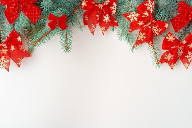 Рождественский макет с сосновыми ветками на белом фоне