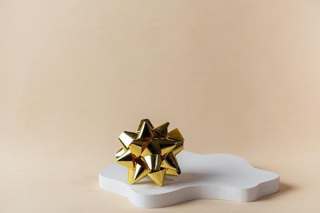 크리스마스 장식으로 베이지색 배경에 흰색 연단으로 크리스마스를 조롱합니다. 크리스마스 제품 프레젠테이션을 위한 장소입니다. 새해 화장품 연단. 크리스마스 광고. 새해 모형.