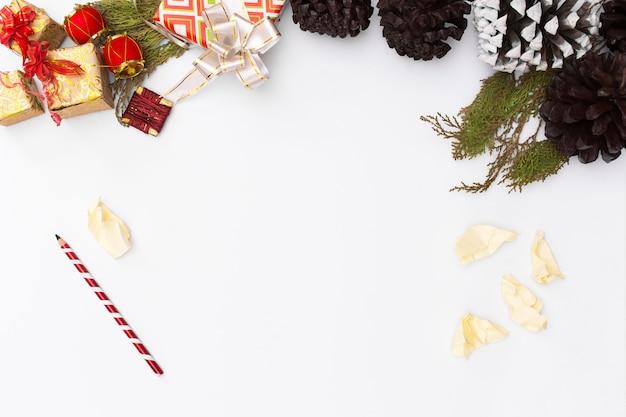 크리스마스 모형. 크리스마스 선물, 소나무 콘, 나무 흰색 배경. 평면도, 복사 spac