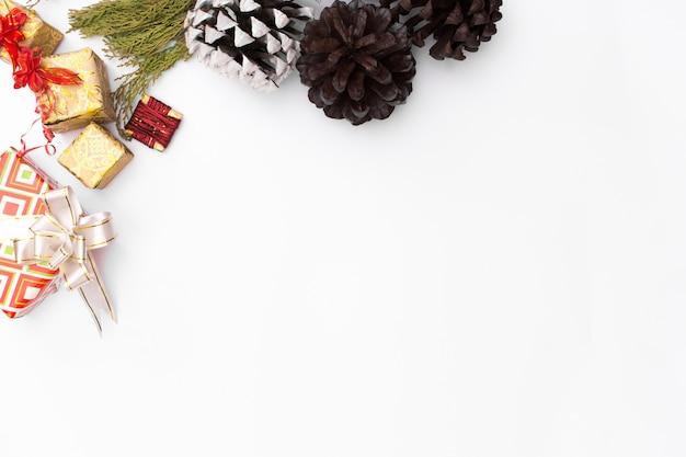 크리스마스 모형 구성입니다. 크리스마스 선물, 소나무 콘, 나무 흰색 bac에 전나무 가지