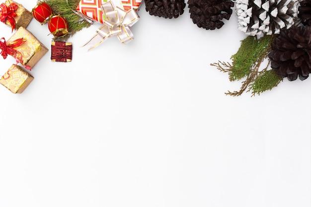 크리스마스 모형 구성입니다. 크리스마스 선물, 소나무 콘, 전나무 가지. 평면도, 복사 스파
