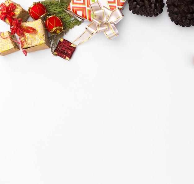 크리스마스 모형 구성입니다. 크리스마스 선물, 나무 흰색 배경입니다. 평면도, 복사 spac