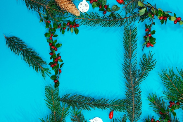 Рождественский макет для открытки с сухофруктами, крафт-бумагой, подарочной коробкой, елочными игрушками ручной работы