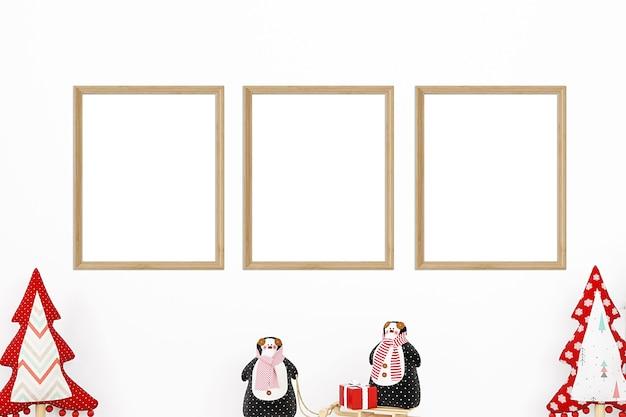 흰색 배경에 세 프레임의 크리스마스 모형