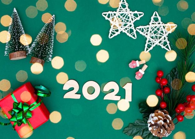 Новогодняя современная композиция с различными элементами