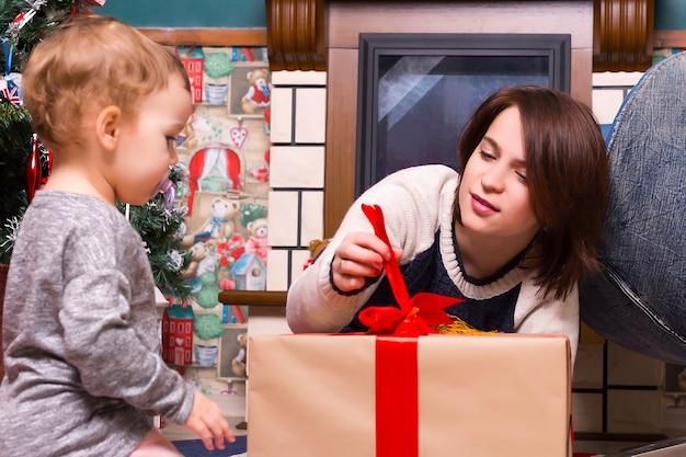 크리스마스, 엄마와 딸 집에서 선물을 엽니 다