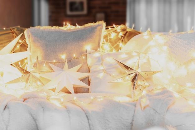 크리스마스 분위기 또는 새해 행복한 시간 장식 은색 종이 별 모양