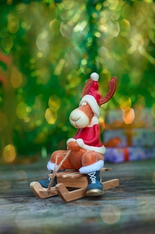Рождественский лось в праздничной одежде по дереву