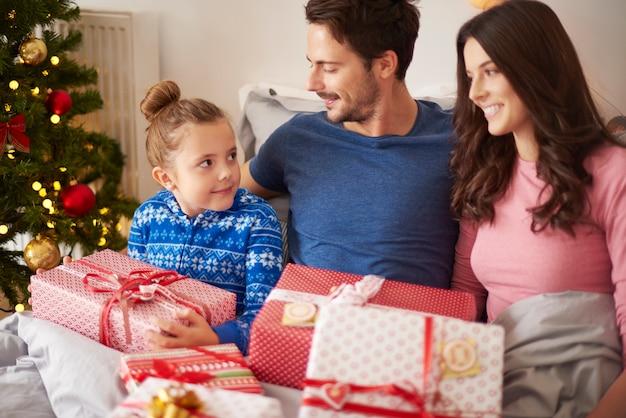 家族の輪のクリスマスの朝