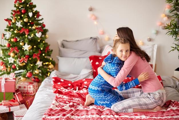 家でクリスマスの朝のお母さんと娘