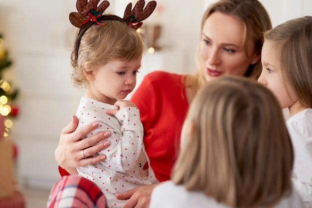 Mattina di natale mamma e figlie a casa