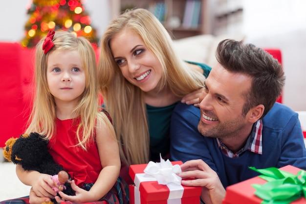 幸せな家族のクリスマスの朝