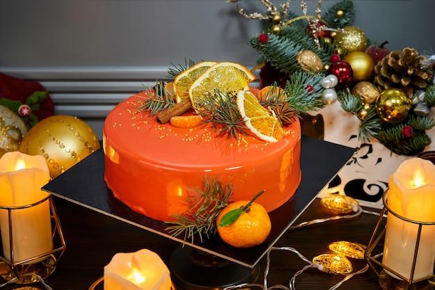 Рождественский мусс-абрикосовый торт с ванильным бисквитом, украшенный фруктами