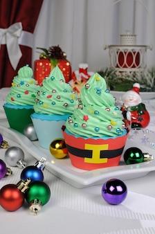 별과 풍선이 있는 나무에 있는 크리스마스 머핀