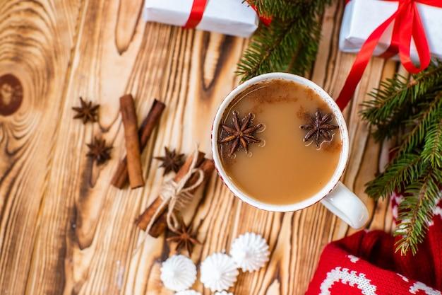 木製の表面にホットココアのクリスマスマグカップ