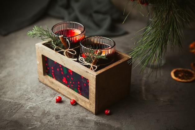 クリスマスは、木製の箱、クローズアップで芳香のスパイスと柑橘系の果物と赤ワインを混ぜました。クリスマスの時期の伝統的な温かい飲み物