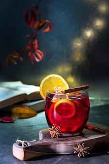 Рождественский глинтвейн с красным вином со специями и фруктами. традиционный горячий напиток на рождество. сказочная вечерняя атмосфера