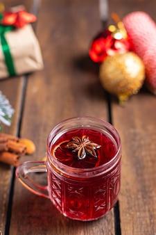 クリスマスグリューワインは新年を祝う居心地の良い新鮮な部分ホットドリンク甘い飲み物食事スナック