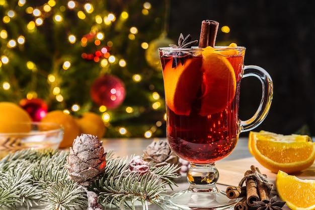 クリスマスのグリューワイン、シナモン、トウヒの枝