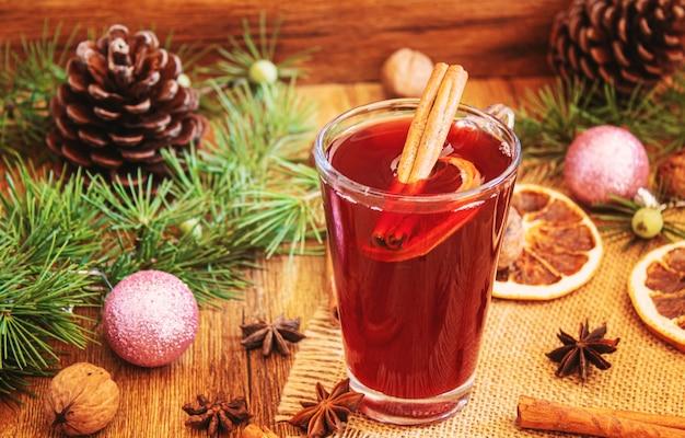 Рождественский глинтвейн. счастливого рождества. бокал глинтвейна с корицей и анисом, вид сверху. выборочный фокус. праздник
