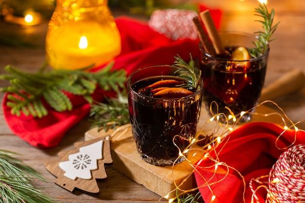 소박한 나무 테이블에 크리스마스 mulled 와인