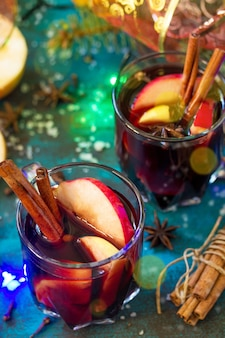 クリスマスのグリューワインまたはスパイスのクローズアップとサングリアホットホットワイン2杯