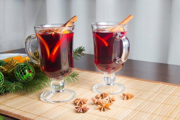 계피와 오렌지를 곁들인 크리스마스 mulled 와인.