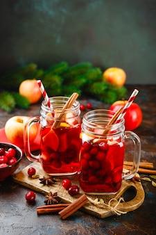 크랜베리, 사과, 아니스 스타, 카 다몬, 계피가 들어간 크리스마스 mulled 와인