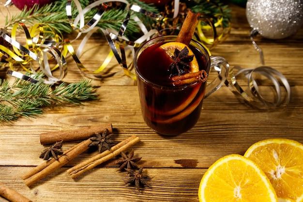 木製のテーブルにスパイスとクリスマスの装飾が施されたクリスマスグリューワイン