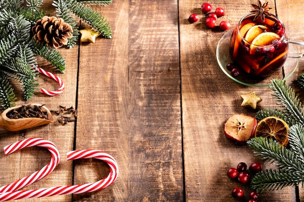 木製の素朴なテーブルの上にスパイスとクリスマスのグリューワイン。