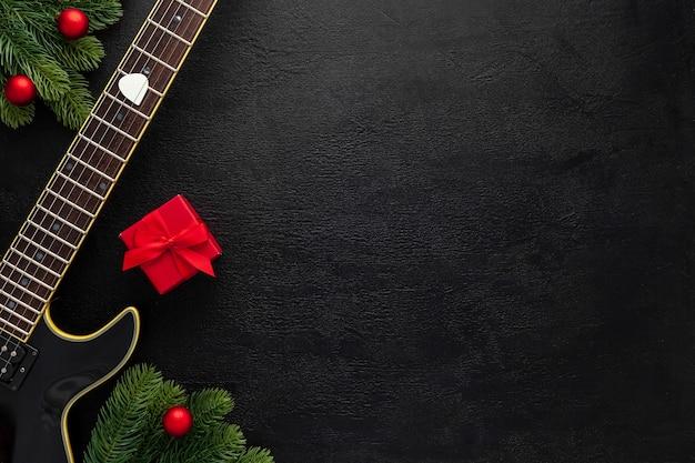 Новогодняя музыкальная композиция с гитарой и еловыми ветками