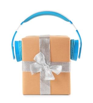 크리스마스 음악 개념입니다. 헤드폰, 흰색 절연 선물