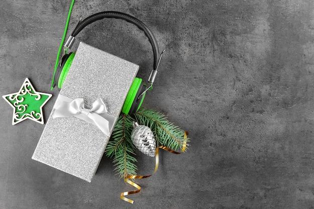 Рождественская музыкальная концепция. подарок с наушниками на столе гранж
