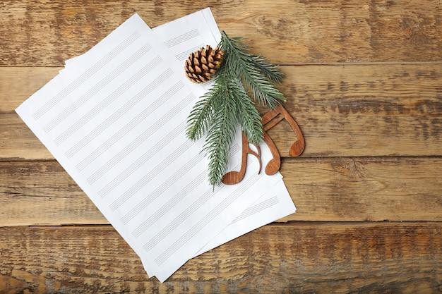 Новогодняя музыкальная композиция на деревянных фоне Premium Фотографии