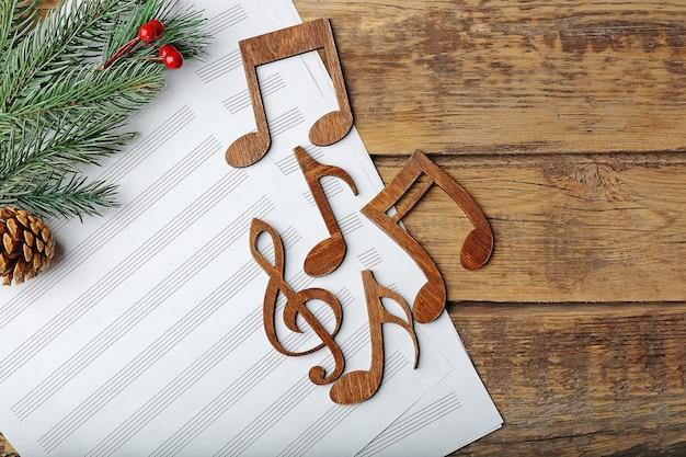 木製の背景にクリスマスの楽曲