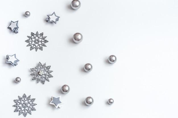Accessori di natale o capodanno sulla vista isometrica del muro bianco. vacanze, regali, muro, posto per il testo, flatlay
