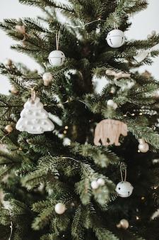 クリスマスの新年の構成。おもちゃ、ギフト、ボールで飾られたお祝いのモミの木