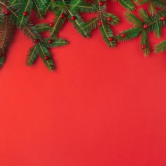クリスマスの新年の構成。赤に赤いベリーとモミの木の枝