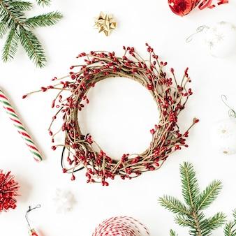 クリスマスの新年の構成。コピースペース、モミの枝、クリスマスつまらないもの、白の装飾とモックアップフレームリース