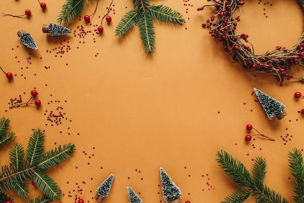 クリスマスの新年の構成。モックアップリースフレーム