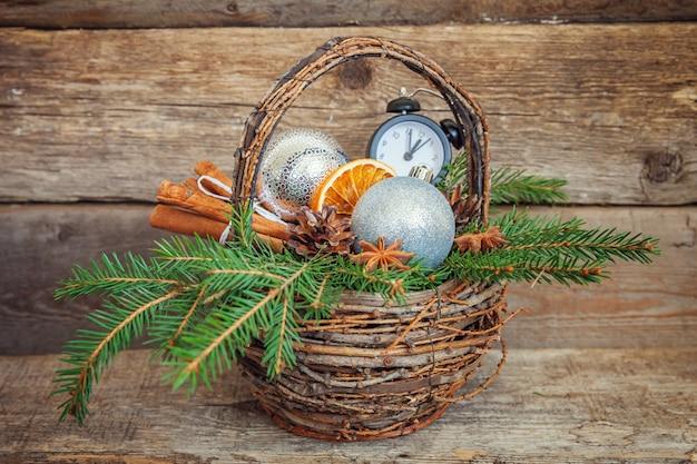 古いぼろぼろの素朴な木製の背景にクリスマス新年の構成