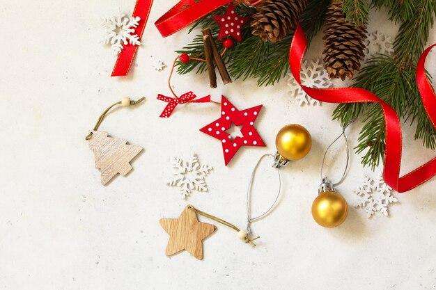 クリスマス新年のコンセプトの背景トウヒと赤の装飾の枝上面図
