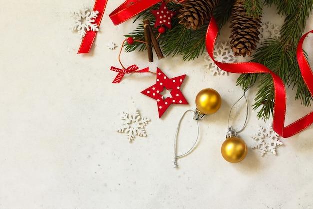 クリスマス、新年のコンセプトの背景。クリスマスの構成。トウヒと赤い装飾の枝。上面図フラットレイ背景。スペースをコピーします。