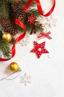 クリスマス、新年のコンセプトの背景。クリスマスの構成。トウヒと赤い装飾の枝。上面図フラットレイ背景。