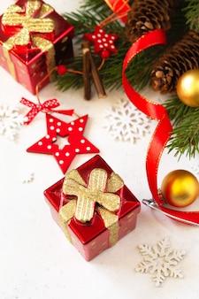 クリスマス、新年のコンセプトの背景。クリスマスの構成。トウヒの枝、現在および赤い装飾。